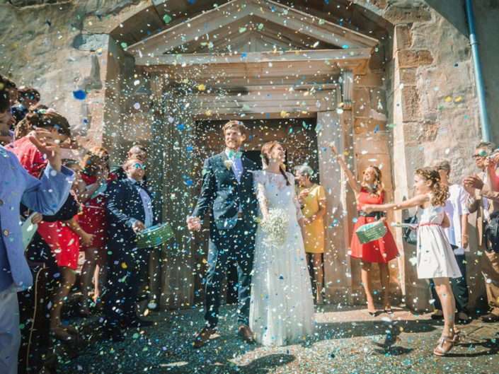Mariage Bohème-chic – Sortie de l'église – Lancé de confettis