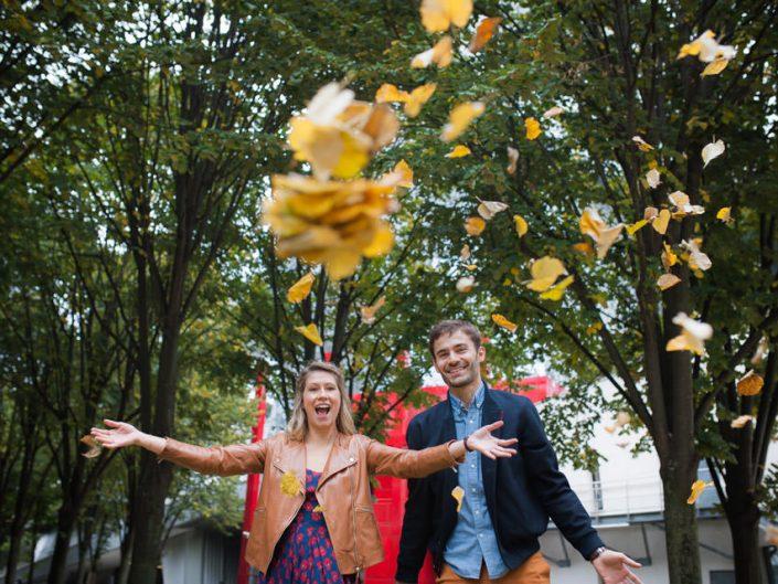 Séance photo couple automne – feuilles mortes – Paris