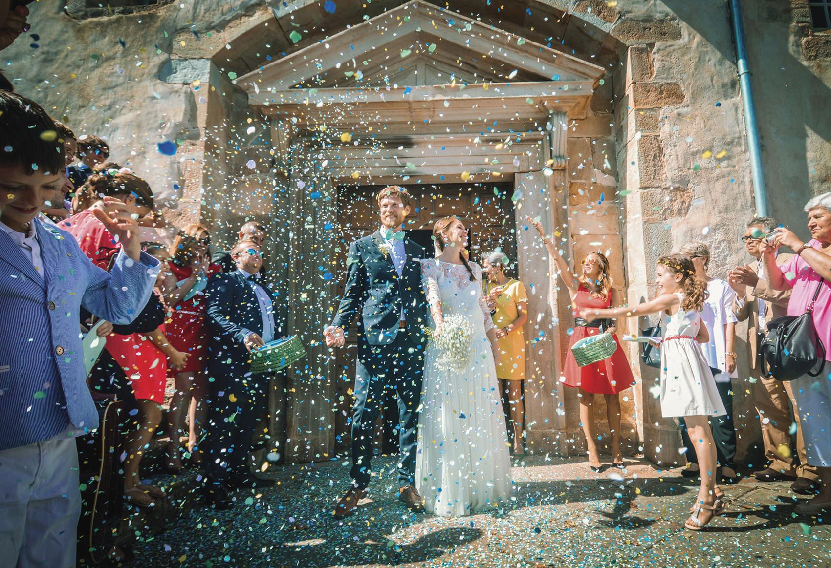 sortie-de-leglise-confettis-photographe-mariage-original-paris-val-de-marne-2