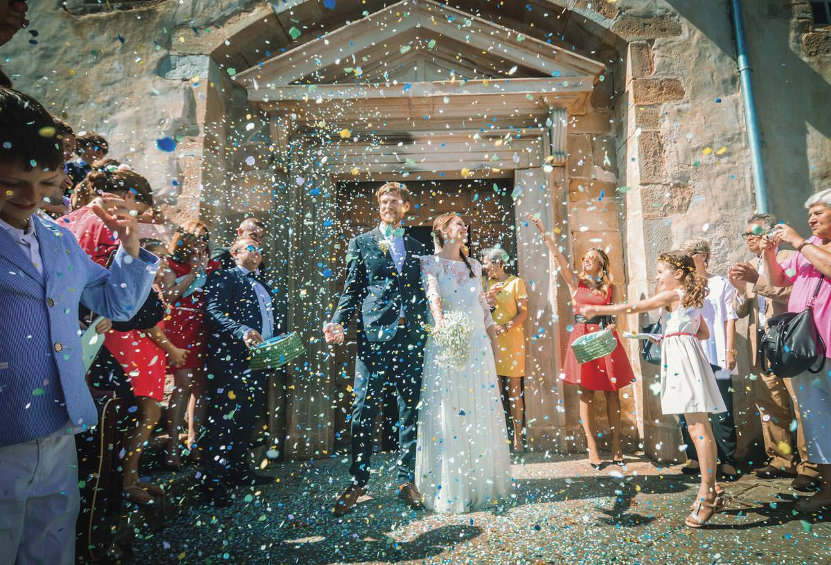 mariage-pays-basque-sortie-de-leglise-confettis-1
